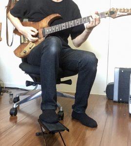 エレクトリックギターと足台